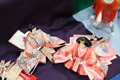 おひなさま ~京友禅京金彩の正絹生地(大人の女性の着物生地)で制作~ 少ないスペースで飾る良い雛です