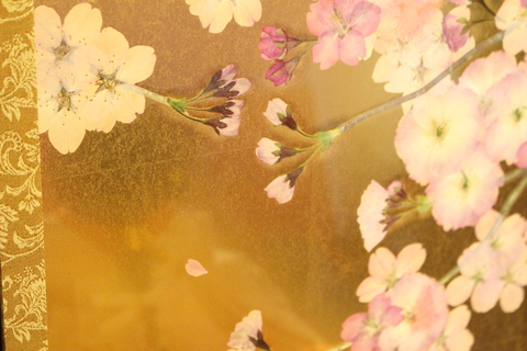 本物!桜の押し花屏風にお雛様。一つ一つ厳選した花びらを並べた職人技。粟生人形は色々な提案が出来ます。