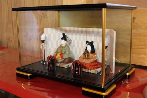 江戸木目込み人形職人仲間の作品。高級木目込み人形ケース人形飾りです。