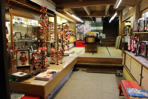 粟生人形 店内玄関です。 ~もうすぐ、おひなさまの季節ですね~