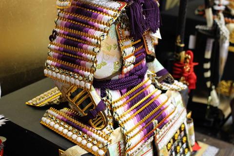 紫のグラデーションが美しい鎧