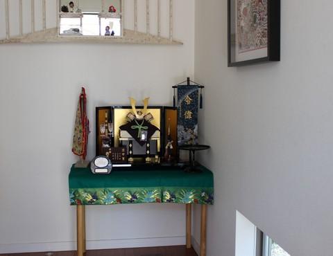お客様宅、兜飾り素敵に飾れました。名前旗は金チラシ地に松柄で上品ですね。