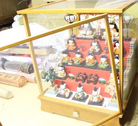 ケース人形修理。約30年前の物です。ガラスケースの扉・人形・小道具の修理です。