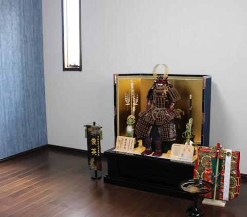 徳川家康公の鎧を節句用に華やかにした武将鎧飾り を岡崎市のお客様宅に、素敵に飾れました。
