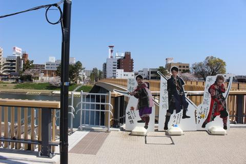 桜城橋 の人気ユーチューバーグループ「東海オンエア」等身大パネル4月末まで