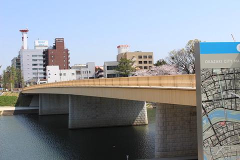 春の桜城橋 に行きました。人気ユーチューバーグループ「東海オンエア」等身大パネルもあるよ