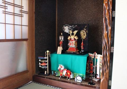 鎧飾り(奉納鎧) を西尾市のお客様宅に、素敵に飾れました。飾り馬も♪