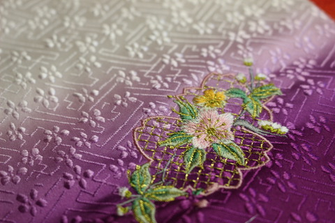 刺繍職人さんからおひな様衣装用生地きました、作っています。