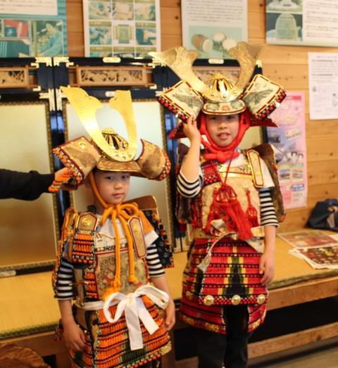 幼児着用鎧の無料体験のご報告 岡崎城公園内にて開催しました 二人で着用!