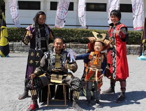幼児着用鎧の無料体験のご報告 岡崎城公園内にて開催しました 武将隊と写真も!