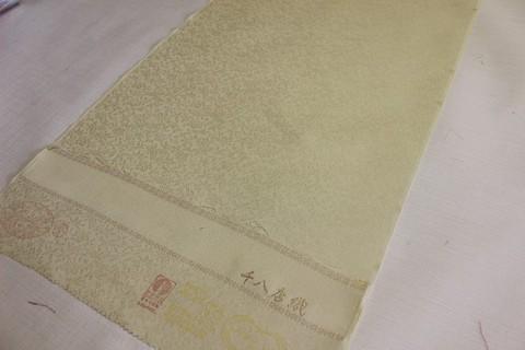 天然素材 日本の絹糸で織り上げた反物を使用して 雛人形を制作します。