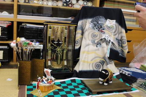 おおがや × あおう人形 異業の取り扱い商品をならべ、写真で紹介するコラボ企画第1弾 破魔弓編
