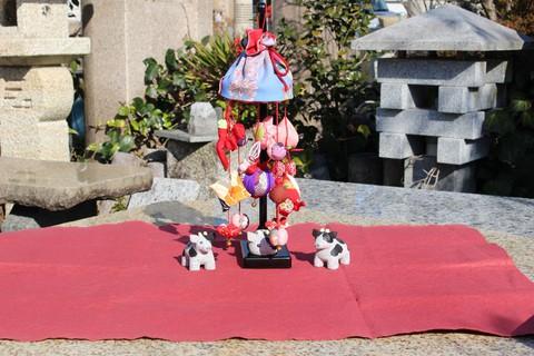 上新石材店 × あおう人形 異業の取り扱い商品をならべ、写真で紹介するコラボ企画第3弾